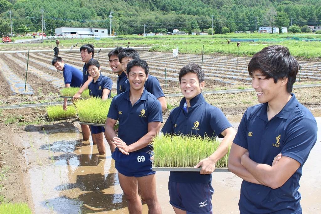 こちらは青森県出身の入江総務!田植えはまかせなさい。